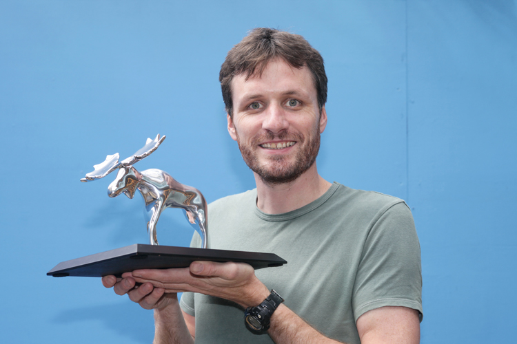 13t-08-18_pic_danny_ward_with_amusedmoosecomedyawards_trophy_level_lores.jpg